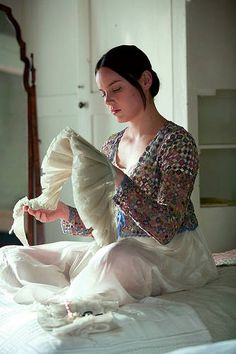 "Sophie Digard crochet - scene of ""Bright Star"" - film by Jane Campion. ---- seen on un jardín de hilo Bright Star Movie, Bright Stars, Abbie Cornish, Motif Floral, Movie Costumes, Film Stills, Crochet Scarves, Crochet Sweaters, Crochet Clothes"