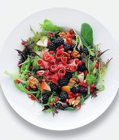 FARGERIKT. Italiensk skinke, pære, bjørnebær og valnøtter. Foto: Gyldendal