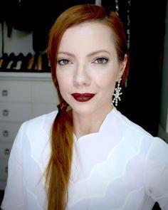 Julia Petit maquiagem com gloss nos olhos e boca vinho.