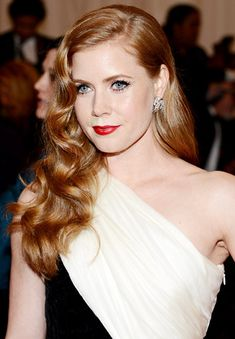 We heart seeing Amy Adams channel her inner Veronica Lake with side swept waves