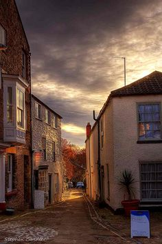 Street leading to de river n castle wall in Richmond, North Yorkshire_ England