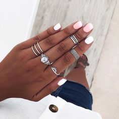Envía una pista a quién debería dártelos😏👇 Hand Jewelry, Cute Jewelry, Jewelry Accessories, Nail Ring, Vetement Fashion, Accesorios Casual, Nagel Gel, Boho Rings, How To Do Nails