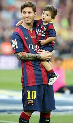 BARCELONA, SPAIN - MAY Barcelona Football player Lionel Messi and his son Thiago Messi celebrate winning the Spanish League at Camp Nou on May 2015 in Barcelona, Spain. (Photo by Europa Press/Europa Press via Getty Images) Fc Barcelona, Lionel Messi Barcelona, Barcelona Football, Football Player Messi, Football Players, Messi 2015, Messi And Neymar, Messi Son, Cr7 Junior