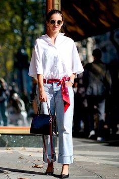 look calça jeans, camisa branca e lenço vermelho
