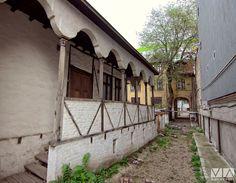 Casă de târgoveț din secolulul al XVIII-lea, una dintre cele mai vechi case din București, pe Calea Șerban Vodă Timeline Photos, Case, Romania, Memories, Beautiful, Bucharest, Memoirs, Souvenirs, Remember This