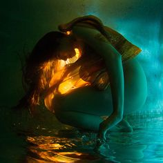 Underwater photography mixed with glamour/portrait shoots creates such a vivid magical image. Dream like.
