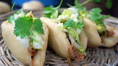Tilbehør til pulled pork er dampet brød og koreansk salat med kinakål.