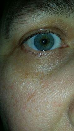 Close-up van mijn rechteroog. Blauwgroen en bruin rondom dé pupil. Centrale heterochromie.