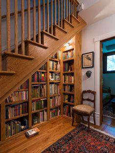 4-biblioteca debaixo da escada madeira