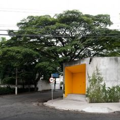 A mysterious orange door on a suburban São Paulo street leads to a dream house and gardens designed by architect Isay Weinfeld. Sustainable Architecture, Architecture Details, Modern Architecture, Orange Door, Yellow Doors, Local Architects, Dezeen, Modern Buildings, Interior And Exterior