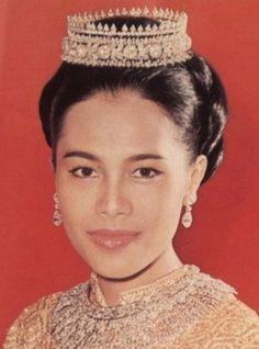 Queen Sirikit wearing the Traditional Thai Tiara, diamonds, gold (mid 20th c.; Thailand). #RoyalTiara