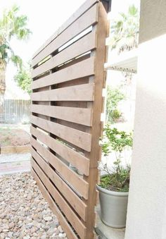 75 Beautiful and practical DIY backyard privacy fence design ideas on a budget Privacy Wall Outdoor, Cheap Privacy Fence, Privacy Fence Designs, Privacy Screen Outdoor, Backyard Privacy, Backyard Fences, Outdoor Walls, Decks With Privacy Walls, Outdoor Spaces
