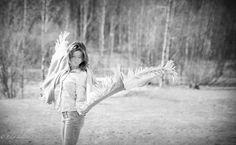 angel, wings, peaceful, muotokuvaus, muotokuvaus porvoo, lilychristina photography, lilychristina, portrait, potretti, mallikuvat, mallikuvaus, mallikuvat porvoo, valmistujaiskuvaus porvoo, black and white picture, model, beautiful, fresh