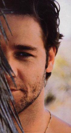 Russell Crowe - peekaboo
