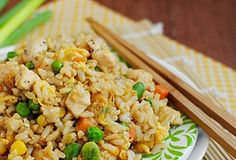 Orez chinezesc cu pui - Iti plac mancarurile chinezesti? Orezul chinezesc cu pui este un fel de mancare delicios si rapid de preparat Fried Rice, Food And Drink, Ethnic Recipes, Health, Life, Recipes, Salud, Health Care, Healthy