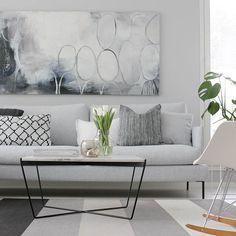 No onhan se uusi pöytä ihana! Kiitos vielä kerran @muotocompekka 👌🏻Kuvassa myös tuliainen Helsingistä, kurkkaa blogista lisää, linkki profiilissa! . . . . .  #myhome #interior #interior4all #interior_and_living #modernhome #scandinavianhome #muotocom #minjarevonkorpi #marimekko  #nordichome #olohuone #livingroom #livingroomdecor