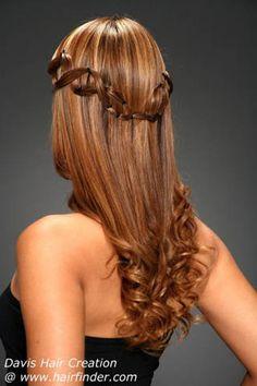 Peinado para novias bohemias o hippies semirrecogido con ligeros mechones trenzados y pelo suelto ondulado en las puntas