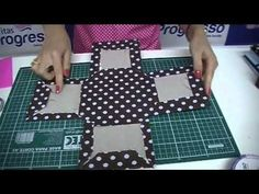 Nessa vídeo aula Daniella Abdo nos ensina como fazer um divertido porta-maquiagens com a técnica de cartonagem, utilizando papelão e tecidos, além das Fitas ...