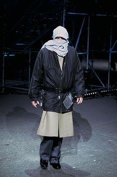 Raf Simons Fall 2001 Menswear Fashion Show Anti Fashion, Punk Fashion, High Fashion, Fashion Show, Fashion Design, Vogue Fashion, Fashion Brands, Man Skirt, What Is Fashion