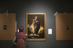 Una técnico mira la obra de Velázquez 'Inmaculada Concepción', que formará parte de la exposición 'Velázquez, Murillo, Sevilla', que se abrirá al público el 8 de noviembre en la Fundación Focus.