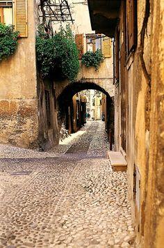 Francesco Napoletano - Uno scorcio di Malcesine comune della provincia di Verona nel Veneto, situato nell'alto Lago di GardaGoogle+