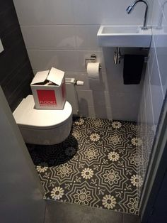 Portugese tegels hal,keuken, badkamer,wand of toilet Small Toilet Room, Small Bathroom, Understairs Toilet, Bathroom Under Stairs, Downstairs Toilet, Toilet Design, Bathroom Toilets, Bathroom Colors, Bathroom Interior