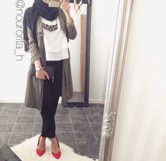 How to add glam to a causal look? Well we can see here in our post how to create a glamorous hijabi looks, and how to get some inspiration by those stunning Street Hijab Fashion, Arab Fashion, Islamic Fashion, Muslim Fashion, Fashion Women, Modest Wear, Modest Outfits, Chic Outfits, Fashion Outfits