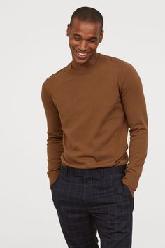 Fine-knit sweater in soft cotton fabric with a round neck, long sleeves, and ribbing at cuffs and hem. Mens Cable Knit Sweater, Turtleneck Shirt, Men Sweater, Brown Sweater, Casual Shirts For Men, Men Casual, Casual Blazer, Casual Winter, Winter Style