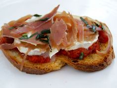 Bruschetta with goat cheese and ham from Parma Snack Recipes, Cooking Recipes, Snacks, Bagel Recipe, Good Food, Yummy Food, Hamburger Recipes, Healthy Cooking, Street Food