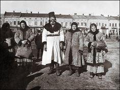 Галиция (Рогатин) в 1920 г. Надпись на обороте фотографии: *Русины в воскресное утро*.