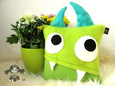 "Kissen-Monster ""kleiner Schiefzahn"" // Monster-pillow by schwarze-johannisbeere via DaWanda.com quillow idea!!!"