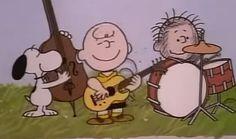 Snoopy con todos tus amigos forma una banda para cantarte en otra de las felicitaciones de cumpleaños tan graciosas que más te gustará.