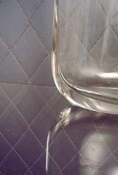 Tekstuurien leikkiä rokokoo-lasikaapissa.