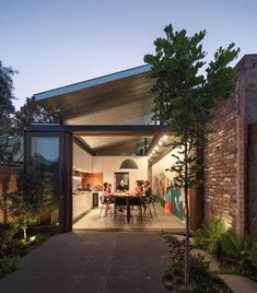 Oye Mi Canto_Courtyard to kitchen_night Roof Ceiling, Corrugated Roofing, Internal Courtyard, Roof Design, Brickwork, Metal Roof, Beautiful Kitchens, Windows And Doors, Houses
