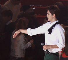 Seoul Music Awards 160114 : Kai and Sehun holding hands (1/2)