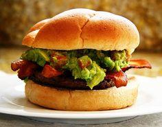 Es hora de mexicanizar las hamburguesas, atrévete a preparar esta hamburguesa con guacamole y tocino para tener un poco de México en todos tus platillos.