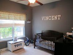 babyzimmer ideen junge grau blau teppichboden fenster rollos