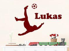 Wandtattoo Fußballer mit Wunschname als individuelles Wandmotiv im Jugenzimmer und auch im Zimmer von Mädchen, die Fußball lieben.