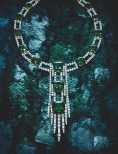 Harry Winston|Retro style emerald diamond necklace 18 pillow-shaped cut emeralds weighing 161.09 kt platinum around the base mounted on top, with circular, trapezoidal cut diamond weighing 44.74 kt, breathtaking show of luxury and mystery.