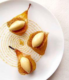 La chef Pastelera Marie Wucher realizo un postre de restaurante con peras asadas con haba de tonka y helado de caramel mantequilla salada #lagourmandisefestival #gula #santacruzdelasierra #bolivia #bolivia2018 #cookeryclass #valentinamurialdo #lostajibos #lostajiboshotel #cochabamba #gastronomiafrancesa #pastry #pasteleriafrancesa #pasteleria #pastryporn #caramel #lapaz #mariewucher #paris #francia #alianzafrancesascz #pronto #tupuedesserchef #frenchtouch #tatapy .