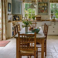 Country Kitchen Design Ideas: Some kitchens are made to be admired at a distance; country kitchens are made to be used. See the entire range of country kitchen style in this photo gallery Shabby Chic Kitchen, Vintage Kitchen, Kitchen Decor, Kitchen Ideas, Kitchen Inspiration, Kitchen Modern, Kitchen Images, Kitchen Layout, Kitchen Hacks