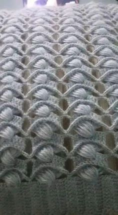 If you looking for a great border for either your crochet or knitting project, check this interesting pattern out. When you see the tutorial you will see that you will use both the knitting needle and crochet hook to work on the the wavy border. Crochet Woman, Love Crochet, Crochet Motif, Crochet Shawl, Diy Crochet, Crochet Stitches Patterns, Crochet Designs, Knitting Stitches, Blanket Patterns