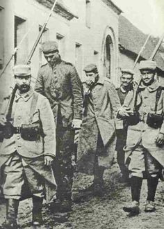 wwi, French soldiers carrying German prisoners.