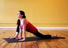 A stressz nemcsak a háti szakaszon, hanem a csípőízületben is hajlamos felhalmozódni. Helyezkedj el térdelőtámaszban, majd a jobb lábaddal lépj egy nagyot előre a kezed mellé - ügyelj rá, hogy a térd ne kerüljön a boka vonala elé. Ebben a testhelyzetben végezz csípőkörzéseket egyik majd másik irányban. Ismételd meg a stresszoldó, lazító gyakorlatot a másik oldalon is.