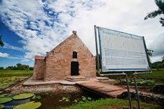 Op deze foto is het kruidhuis te zien in het Openluchtmuseum in Nieuw-Amsterdam (Suriname). In dit kruidhuis werd kruid opgeslagen tijdens de koloniale periode om oorlog te voeren tegen onder andere Engeland.
