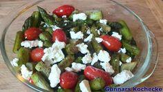 Salat vom gebratenen grünen Spargel mit Datteltomaten und Feta