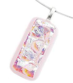 Handgemaakte lichtroze glashanger van opaal roze glas met luxe dichroide glas!