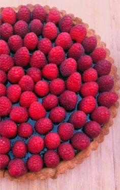 Tasty Chocolate Tart with Raspberries on Top Raspberry Tarts, Raspberry Recipes, Fruit Recipes, Sweet Recipes, Dessert Recipes, Recipies, Just Desserts, Delicious Desserts, Yummy Food
