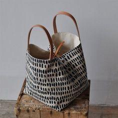 Esta caja bonita y sencilla es un gran tamaño para llevar y también hace una bolsa de buen proyecto  la bolsa puede dejarse abierta o puede usar el lazo de cuero para ceñir en los lados, que también funciona como un cierre  la bolsa de la caja se hace con nuestro dibujo original impreso con solvente azul oscuro libre en.  INFORMACIÓN DE LA TELA: exterior 100% de lino - color avena forro de lona de algodón orgánico 100%  DIMENSIONES APROX.: 9.5 de H x W x 8.5 D 8.5 pulgadas (24.13 X 20.32 X…