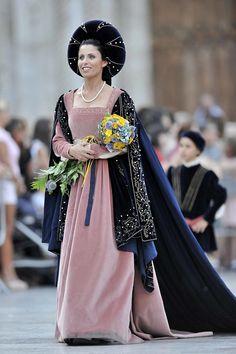 _CIN0492 | Giostra della Quintana di Ascoli Piceno - Edizion… | Flickr Medieval Fashion, Italian Renaissance, Fashion History, Royalty, Design Inspiration, Sari, Kestrel, Gowns, Costumes
